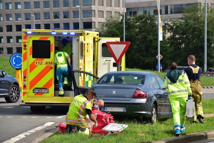 De auto van de onfortuinlijke man belandde op een verhoogde berm tussen twee rijstroken, aan de rotonde van de President Kennedylaan in Kortrijk. Daarbij sneuvelden enkele verkeersborden.