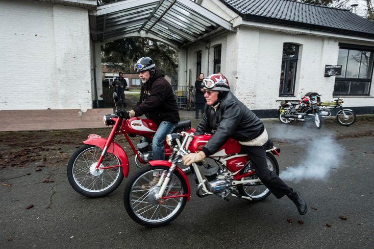 Twee deelnemers laten hun motor ronken.