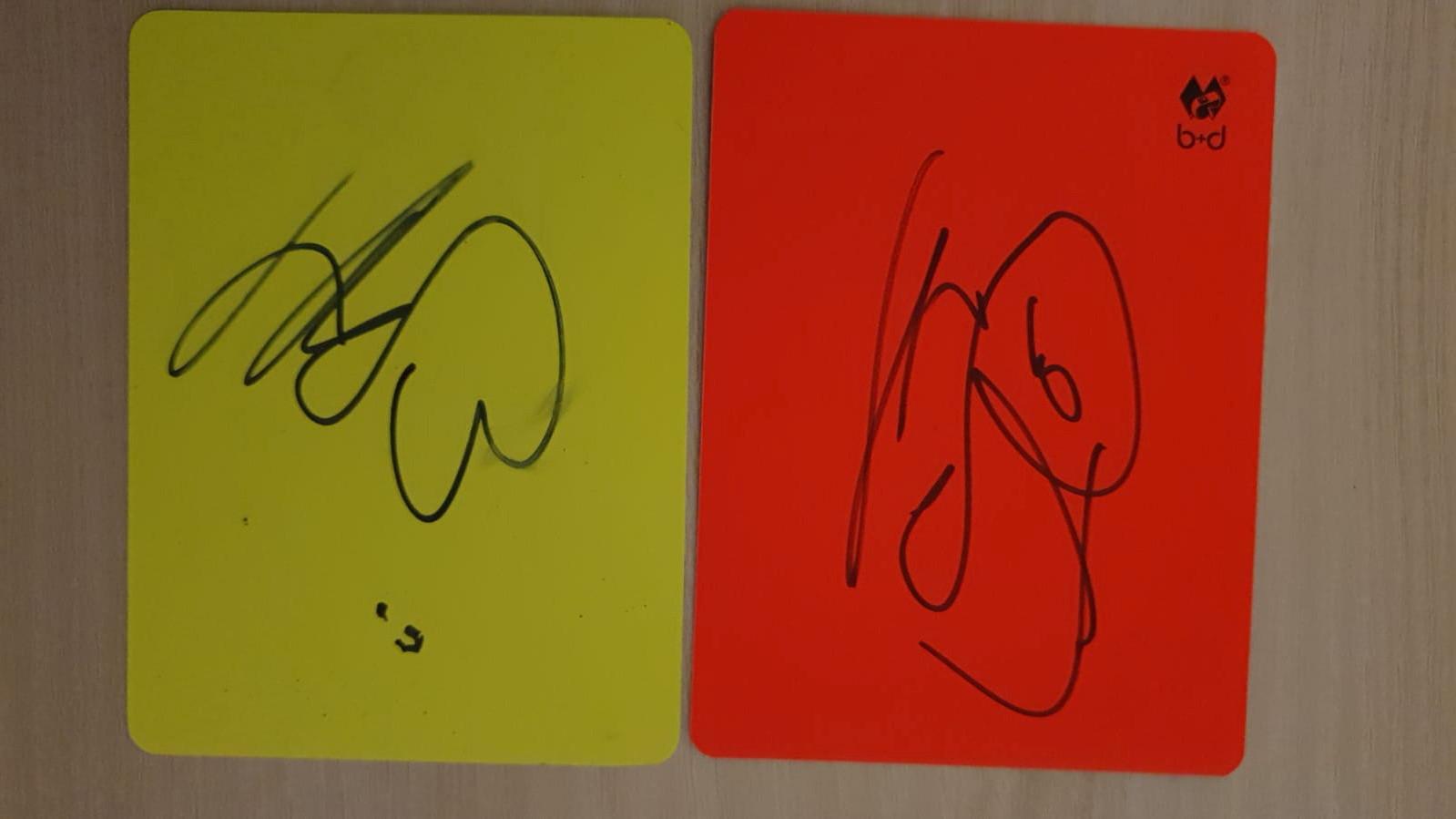 Octavian Sovre's gele en rode kaarten, gesigneerd door Erling Haaland.
