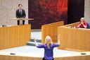 Lilian Marijnissen (SP) debatteert in de Tweede Kamer met VVD-leider Mark Rutte tijdens het debat over de mislukte formatieverkenning. Oud-verkenner Annemarie Jorritsma luistert mee.