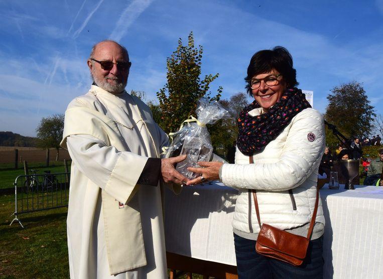 Pater Frits kreeg van Inge Jacobs een geschenkje