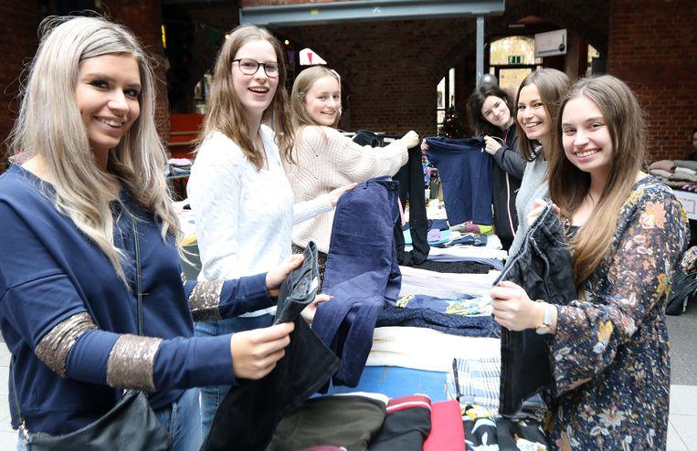 Jongeren verkopen hun overbodige kleding in de Wollewei.