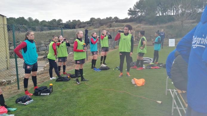 De groep telt in Spanje veel jeugdige spelers, onder wie de pas 15-jarige Ella Peddemors (vierde van links) van Sparta Enschede.