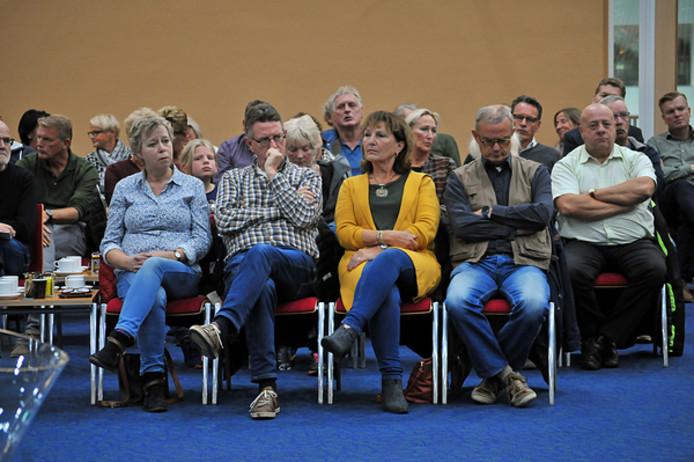 De publieke tribune in de raadszaal was donderdagavond afgeladen vol.