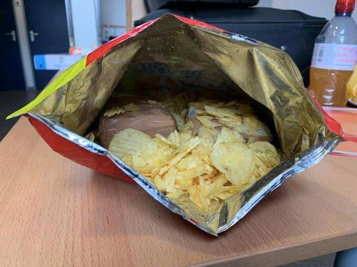 In een zak chips zat bijna 30.000 euro verborgen.