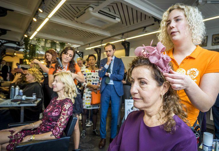 Minister Ingrid van Engelshoven van Onderwijs, Cultuur en Wetenschap wordt gestyled door een schoonheidsspecialist uit het mbo, voorafgaand aan Prinsjesdag.  Beeld ANP