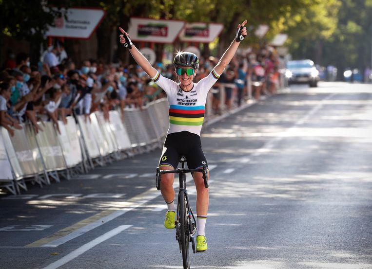 Annemiek van Vleuten heeft voor het tweede jaar op rij de wielerwedstrijd Strade Bianche gewonnen.  Beeld EPA