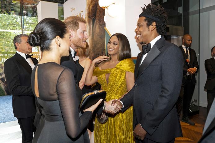 Prins Harry en Meghan Markle ontmoeten Beyoncé en haar man Jay-Z tijdens de première van de Lion King in Londen.