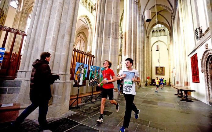 Utrecht Urban Trail ging vorig jaar onder meer door de Domkerk.