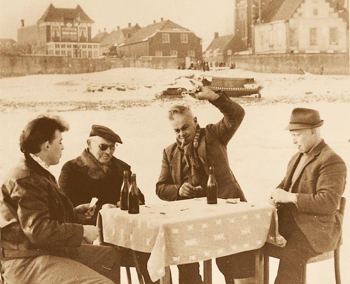 Kaartspelers op de bevroren Maas bij Cuijk op 24 januari 1963. Foto: Foto Archiefdienst Cuijk