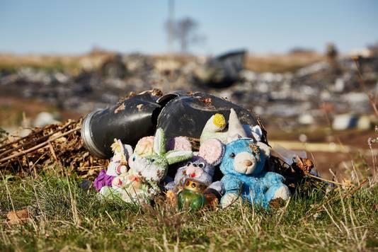 Knuffels door de lokale bevolking neergezet bij de brokstukken van de gecrashte vlucht MH17 van Malaysia Airlines in het oosten van Oekraine, 100 dagen na het ongeluk.