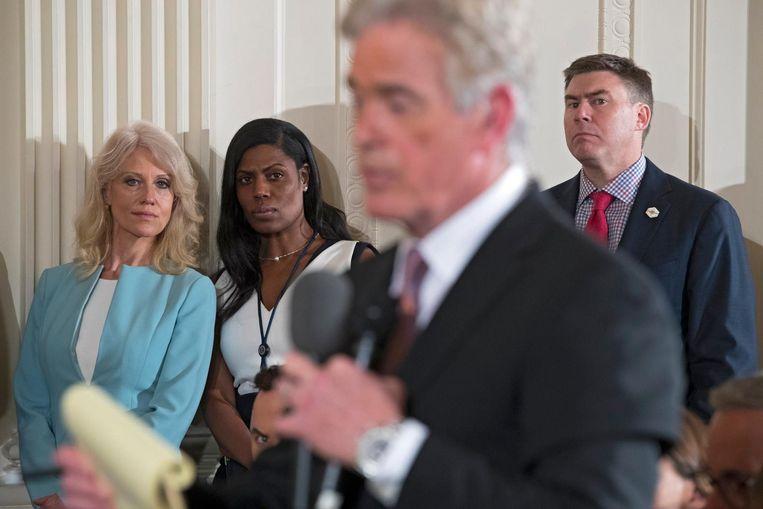 Communicatie-directeur Mike Dubke, rechts, tijdens een persconferentie in april in de East Room van het Witte Huis. Links Trumps adviseur Kellyanne Conway die nog het vertrouwen zou genieten van de president. Beeld EPA
