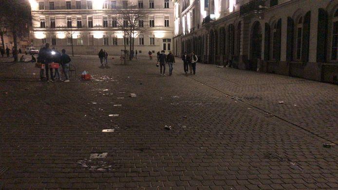 Na het gefeest lag het plein er vuil bij.