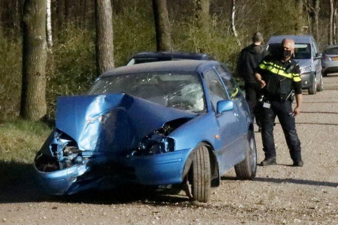De zwaar beschadigde auto na het ongeluk op de Tipweg bij Wilbertoord.