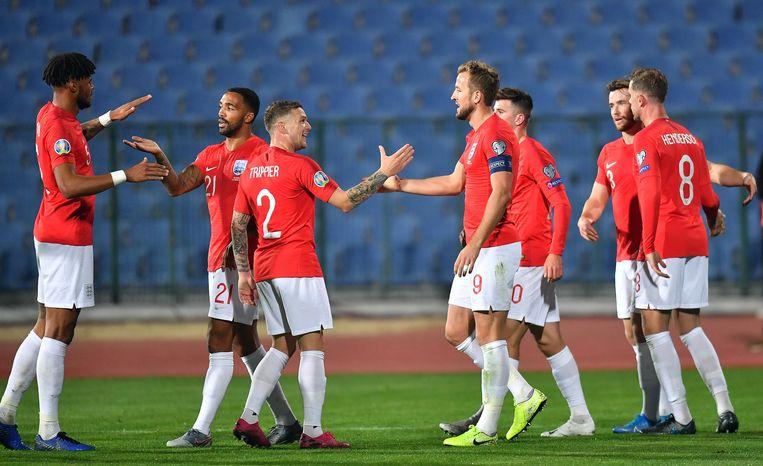 De Engelse spelers vieren de overwinning in Bulgarije. Beeld EPA