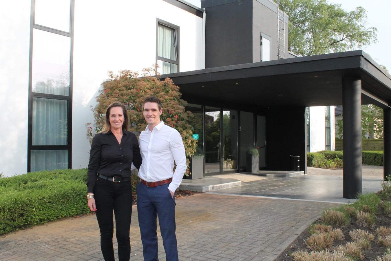 Vicky Van Houdt en Jorn Wittevrongel voor de inkom van B-Inn.