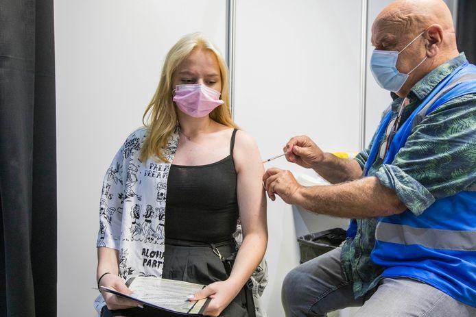 De 16-jarige Samantha Jongstra wordt gevaccineerd in de Silverdome.