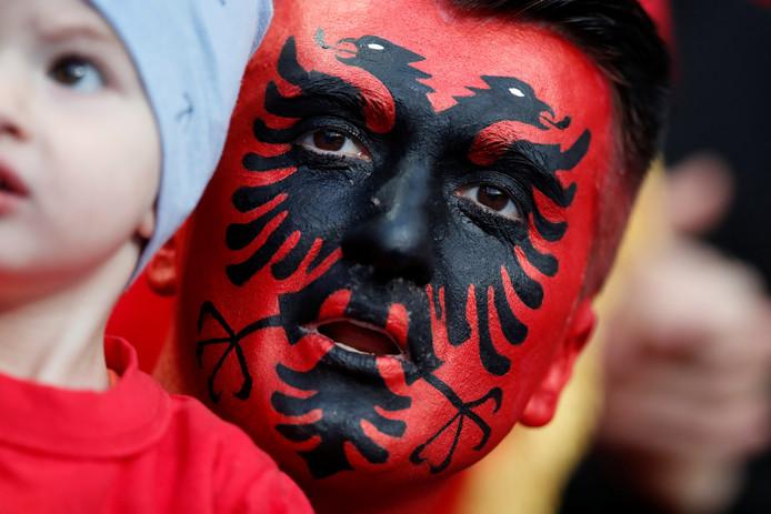Een fan van Albanië in het Stade de France.