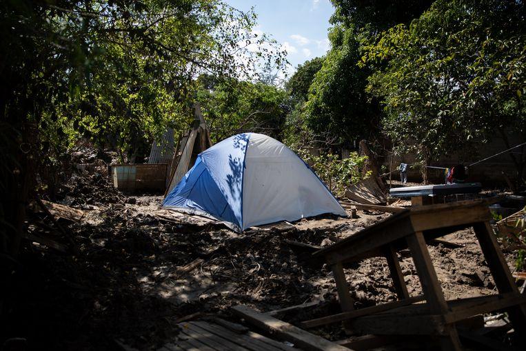 Op de plek waar tot vorig jaar de huizen stonden van Madrid en Gómez heeft iemand een tent opgezet.  Beeld Tomás Ayuso