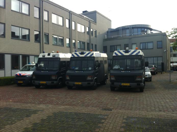 ME en politie staan paraat bij het gemeentehuis in Heesch.