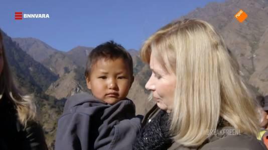Het laatste kindje dat Jessica heeft kunnen helpen, tweeënhalf jaar later in de armen van moeder Sarah.