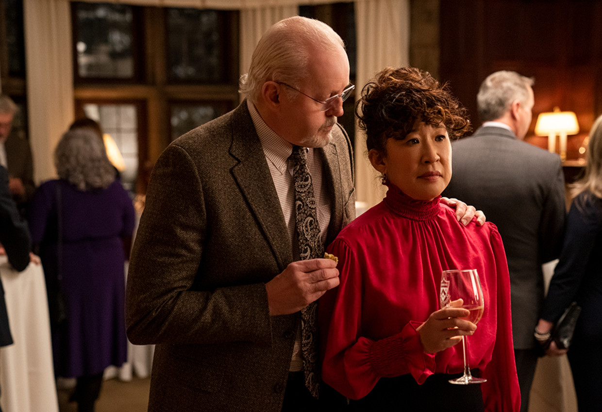 THE CHAIR (L to R) DAVID MORSE as DEAN LARSON and SANDRA OH as JI-YOON in episode 102 of THE CHAIR Cr. ELIZA MORSE/NETFLIX © 2021 Beeld ELIZA MORSE/NETFLIX