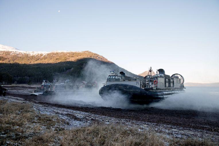 EPA Amerikaanse mariniers bereikten tijdens de oefening met een hoovercraft het strand van het Noorse Alvund. Beeld EPA