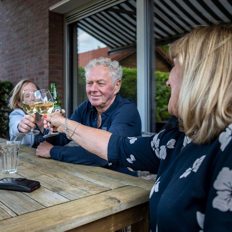 Anneke toost met haar man en met schoondochter Chantal. Beeld Linelle Deunk