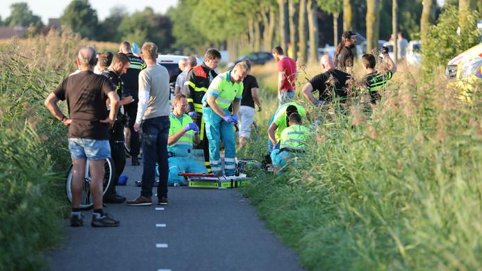 Hulpverleners hebben hun handen vol na het ongeval aan de Schijfse Vaartkant. het mocht niet baten.