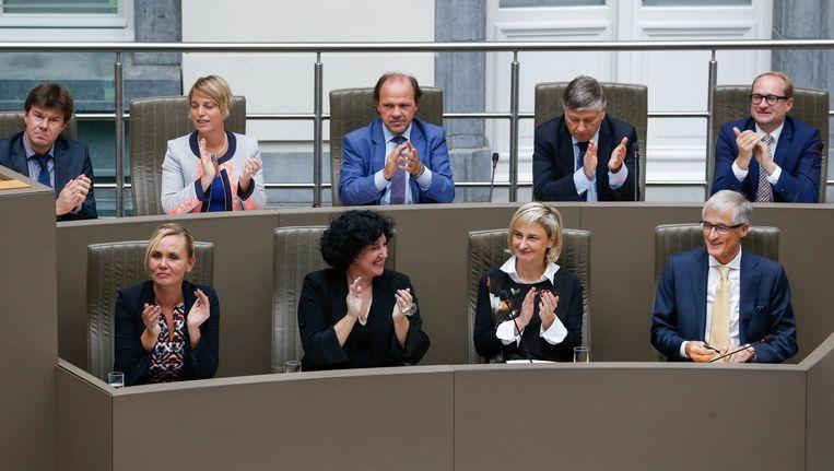De Vlaamse regering met bovenaan als tweede van links minister van Milieu Joke Schauvliege (CD&V). Beeld BELGA