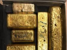 Italiaan met zes goudstaven in koffer aangehouden op Schiphol