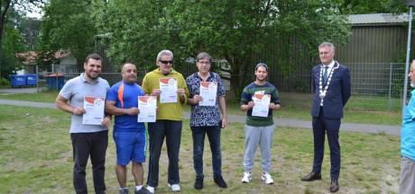 Asielzoekers die in Oisterwijk 'meedoen', krijgen schouderklopje van de burgemeester
