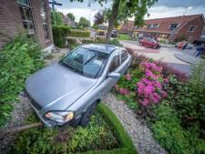 Voor de tweede keer in 10 maanden tijd een auto in de voortuin bij Nieuw-Lekkerlanders