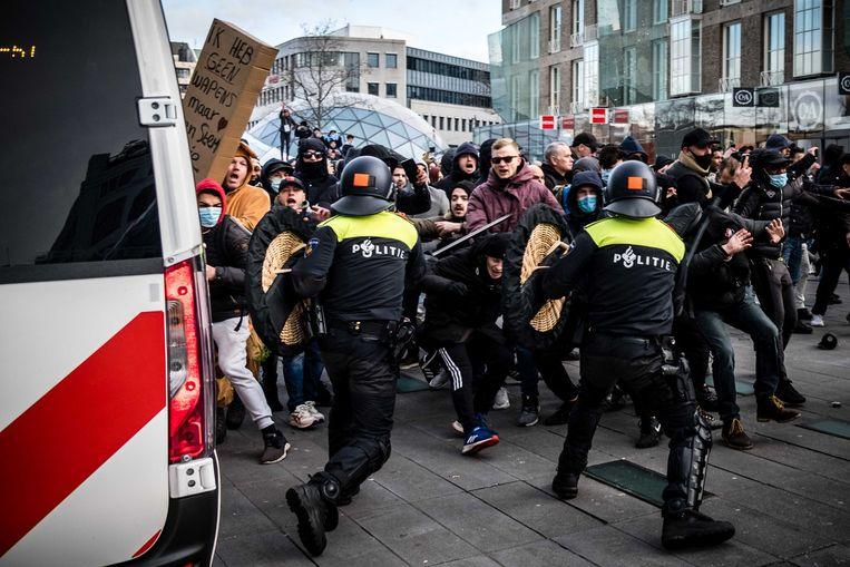 De politie verwijdert demonstranten van het 18 Septemberplein in Eindhoven. Hier hadden zich enkele honderden mensen verzameld uit protest tegen het coronabeleid. Beeld ANP