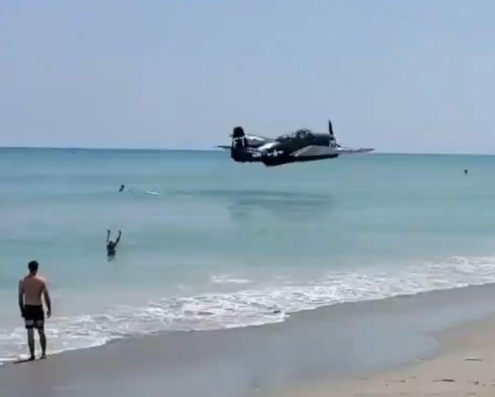 Amerrissage d'urgence d'un avion près d'une plage de Floride.