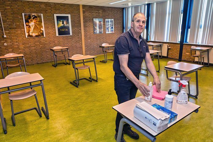 De Katholieke Scholengemeenschap Etten-Leur (KSE) bereidt zich voor op de terugkeer van de leerlingen. Conciërge Bennie Wirix is er maar druk mee. Uit alle lokale zijn een deel van de tafels en stoelen verwijderd. Bij binnenkomst staat een tafel met hygiënemiddelen.