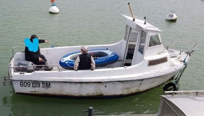 Het gestolen bootje in de IJzer, hier nog met cabine