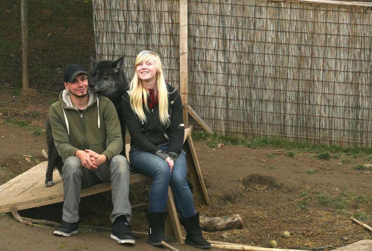 Sharon en Guy bij een van hun wolfshonden.
