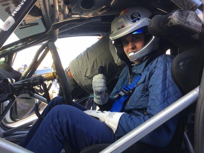 Polle Geusens kruipt achter het stuur van de Fiesta Cup-auto.