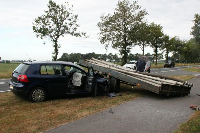 De auto raakte zwaar beschadigd door de losgeschoten aanhanger.