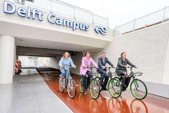 De opening van de nieuwe fietstunnel onder station Delft Campus.