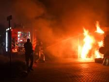 Felle autobrand onder carport in Putten houdt buren uit de slaap, brand vermoedelijk aangestoken