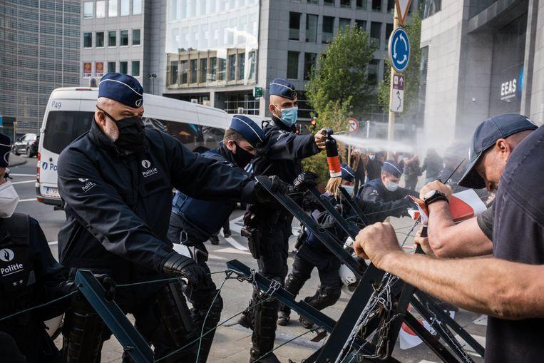 Aan het Schumanplein haalde de politie de pepperspray boven. Beeld Wouter Maeckelberghe