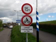 Rechter: Lopik mag in zomer en lente motorrijders weren van Lekdijk