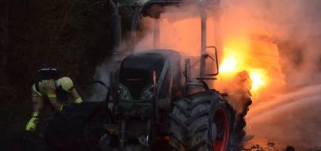 Trekker door brand verwoest op boerenerf in Barchem