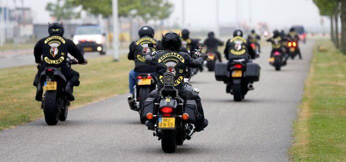 2018 Leden van de Satudarah op weg naar het Justitieel Complex Schiphol. De rechtbank deed uitspraak in de civiele procedure waarin het Openbaar Ministerie vroeg om de Satudarah Motorcycle Club te verbieden.