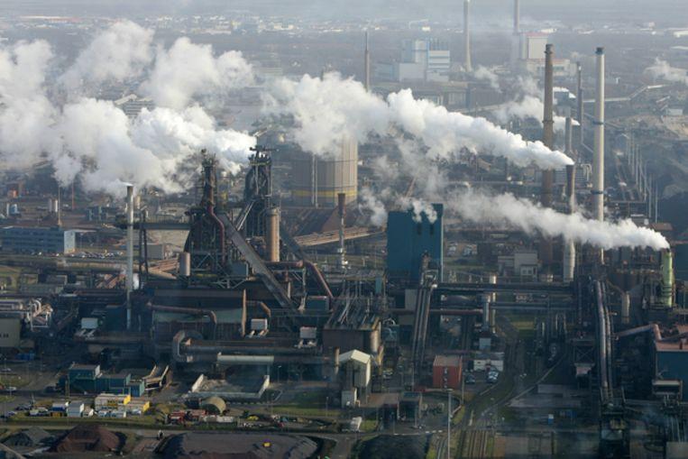 Tata Steel (hier in IJmuiden) produceert tijdens deze crisis gewoon staal, zij het op een iets lager pitje. Beeld ANP