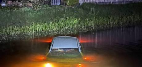 Fietser: Er ligt een auto in het water, is die toevallig van jullie? Bewoner: Oeps, ja dus