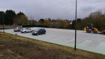 De eerste auto's staan al op de parkeerstrip