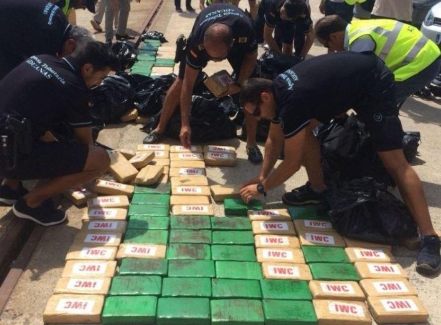 De pakketten coke zaten verpakt in plastic zakken die vermoedelijk op volle zee werden overgeladen vanuit een schip dat de drugs uit Colombia smokkelde.